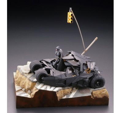 Batman Begins Legacy of Revoltech Diorama Batmobile Tumbler in Gotham City 17 cm